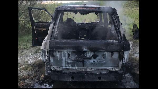 В поле под Серпуховом дотла сгорел дорогой внедорожник