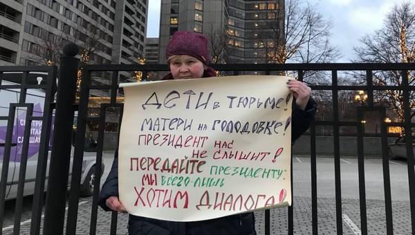 Матери политзаключённых пикетируют Прямую линию