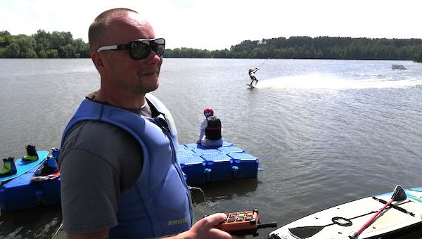 На озере под Серпуховом скользить на доске учит настоящая звезда