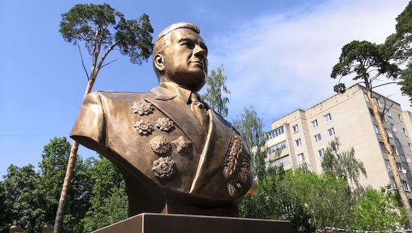 Сердюков подарил Серпухову бюст