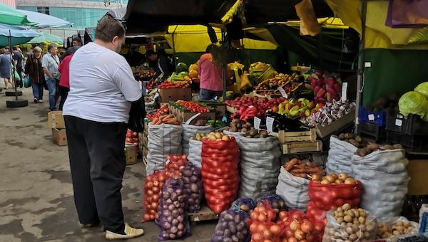 Сколько стоят овощи и фрукты на провинциальных рынках в России и Белоруссии?