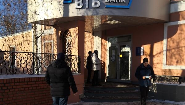 В Серпухове клиенты «ВТБ» и «Возрождения» вынуждены мерзнуть на улице