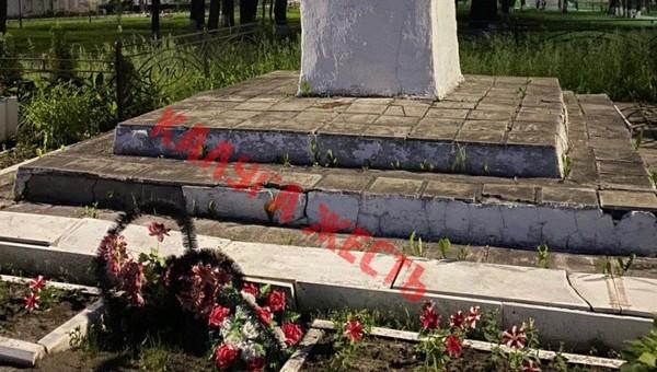 Кощунство: памятник Ленину отремонтировали плитами с братской могилы
