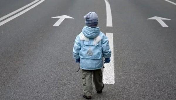 Голого пятилетнего мальчика нашли на обочине шоссе