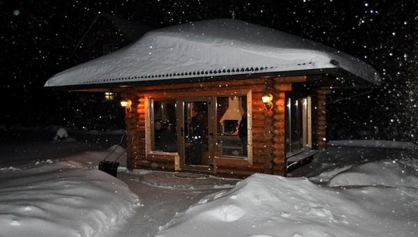 Отдыхай на берегу зимнего озера в теплой беседке!