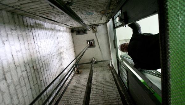 В Москве рухнул лифт с женщиной внутри