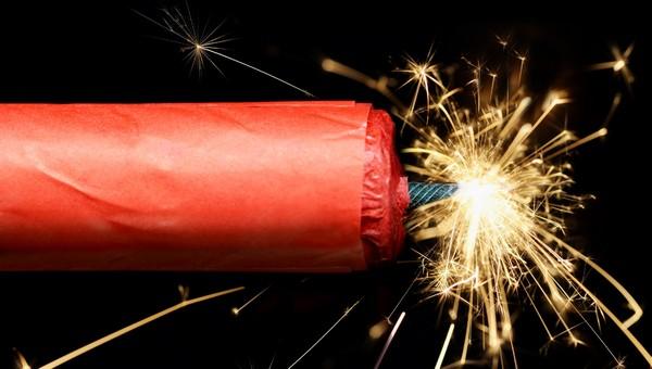 МЧС разрешит взрывать петарды внутри зданий с 1 января