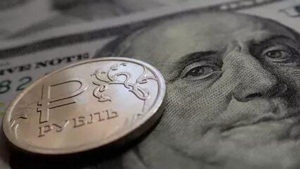 Сегодня рубль упал до самой низкой отметки за последние четыре года