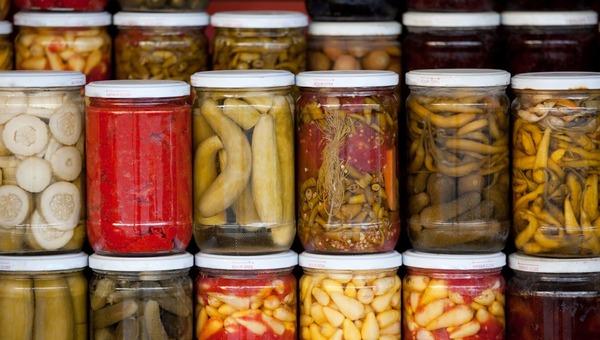 В Роспотребнадзоре предупреждают об опасности домашних консервов
