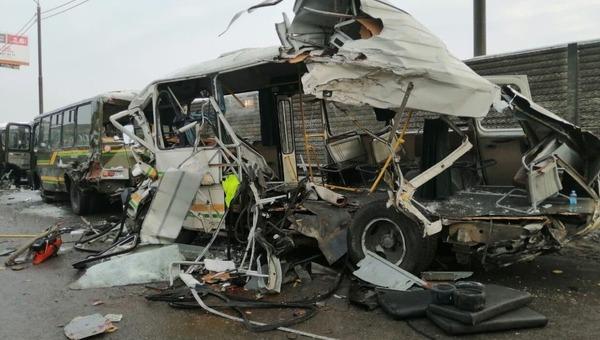 В Подмосковье грузовик на скорости протаранил 4 автобуса