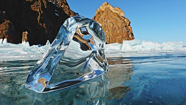 Москвичка проплыла подо льдом Байкала