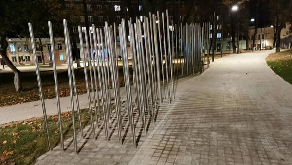 На площади Ленина в Серпухове установили... шесты