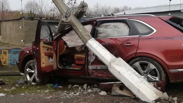 Пожилой экс-депутат в Подмосковье разбил Бэнтли о столб