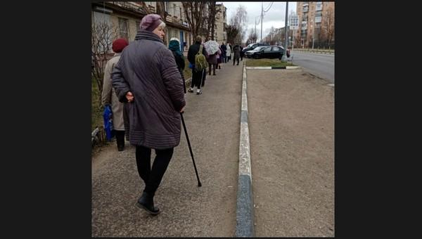 Огромные очереди выстроились в отделения Почты России в Подмосковье