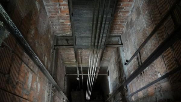 В Подмосковье электрик обнаружил труп в шахте лифта