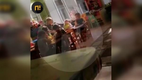 «Проглатывай!» Воспитательница силой запихивала еду в ребенка