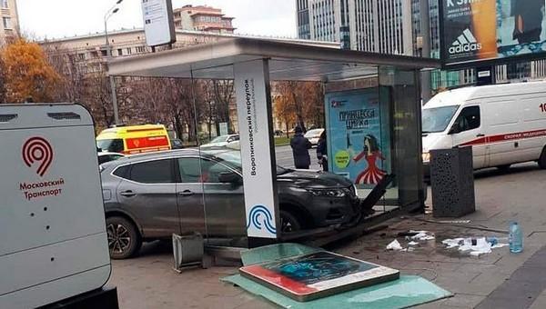 В центре Москвы автомобиль влетел в остановку