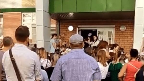 Дети по всей России стоят в гигантских очередях, чтобы попасть в школу