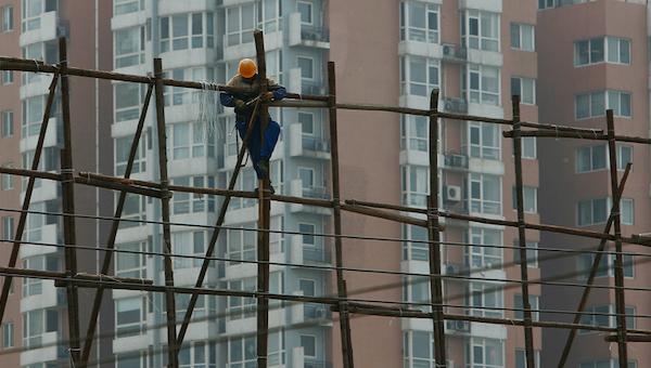 Три человека упали со строящейся высотки в Серпухове