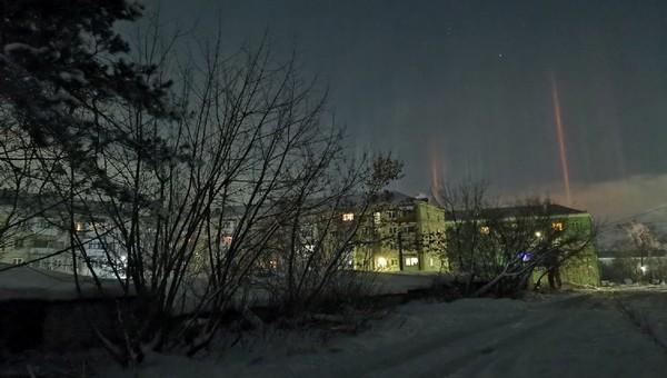 Необычные столбы света поразили жителей российского города