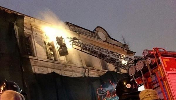 В Серпухове огонь охватил историческое здание гимназии