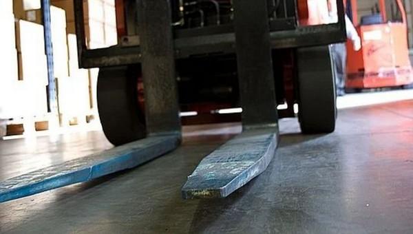 На подмосковном складе рабочий случайно задавил коллегу погрузчиком