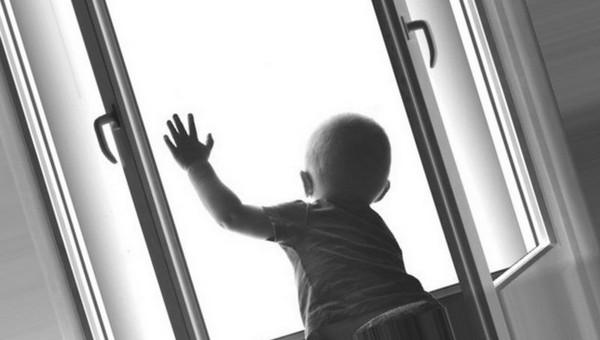 В Подмосковье малыш повис на карнизе, пока мать крепко спала дома