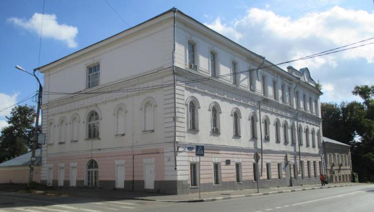 С молотка ушла Александровская гимназия в Серпухове