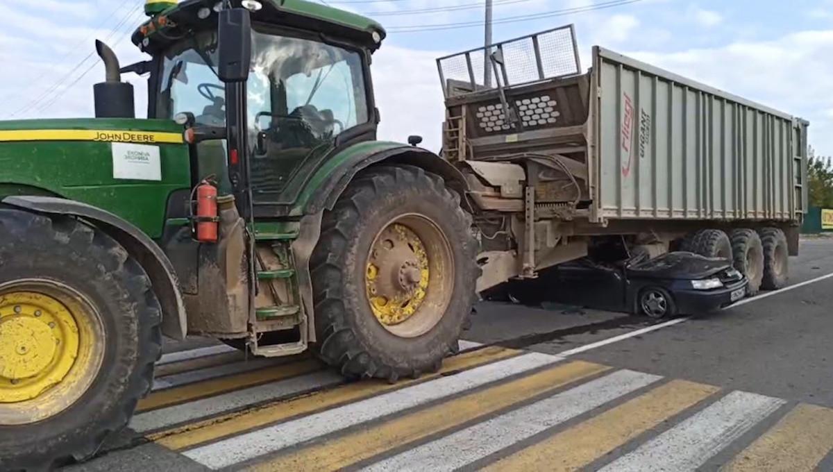 Молодой водитель погиб в «Ладе» под трактором
