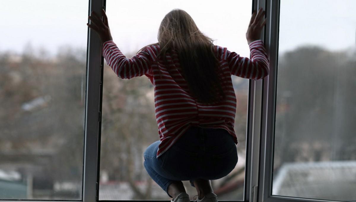 Полицейские поймали девушку, которая прыгнула из окна, спасаясь от насильников