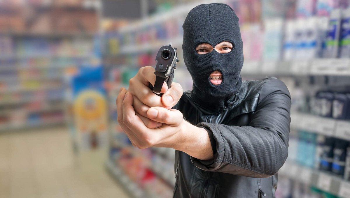 В Оболенске вооруженный преступник ворвался в магазин