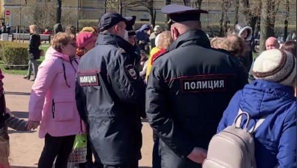 Полицейские запретили горожанам петь в сквере песни военных лет