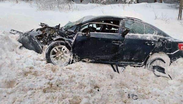 На «бетонке» «Тойота» столкнулась с фурой