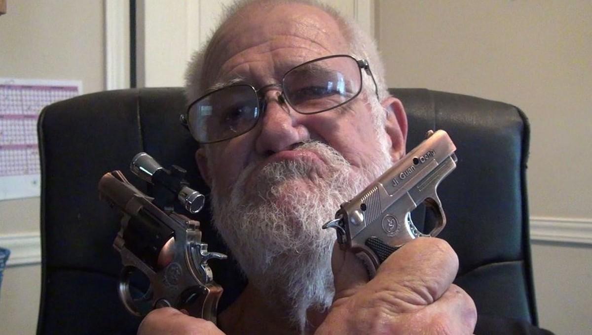 Сумасшедший дед шмальнул соседу в голову