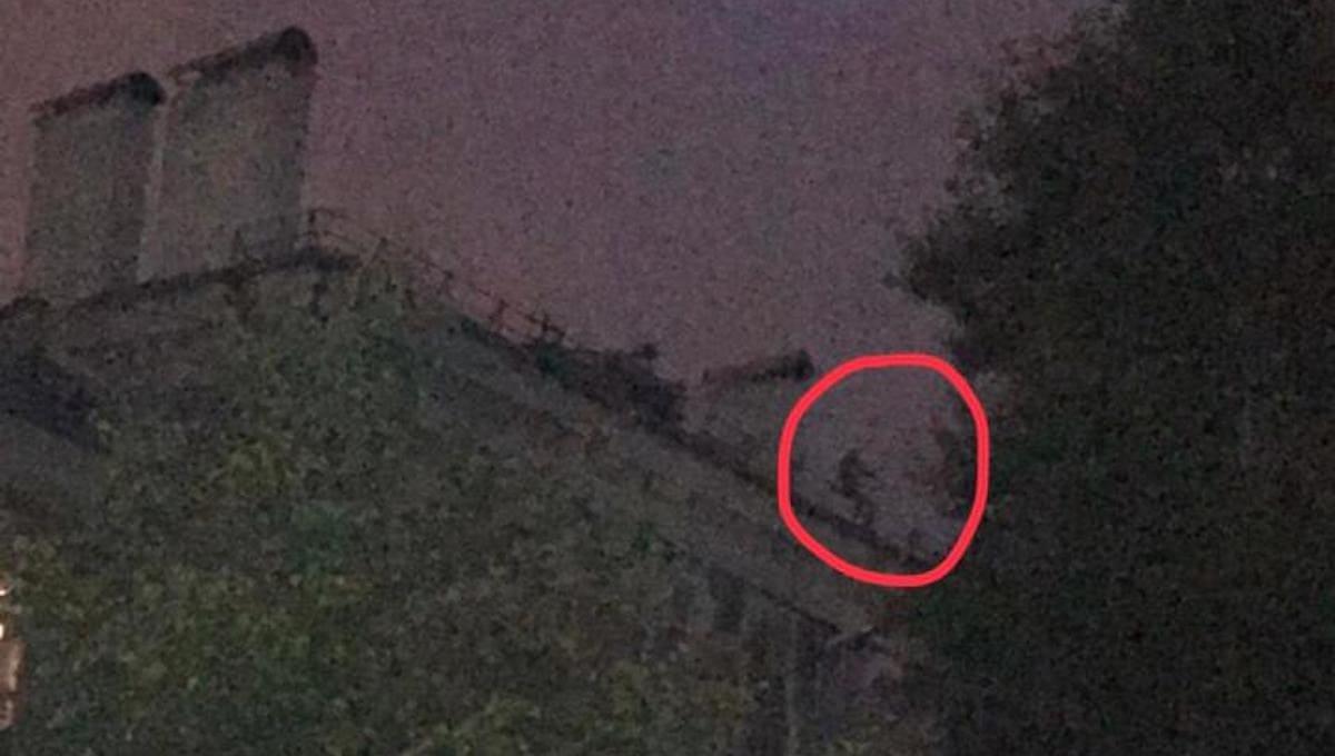 В центре Серпухова мужчина, забравшийся на крышу, проклинает власть