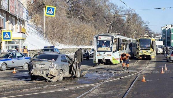 Трамвай без тормозов снес девять машин