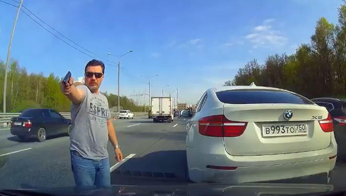 Водитель с пистолетом на трассе М2 попал в объектив видеорегистратора