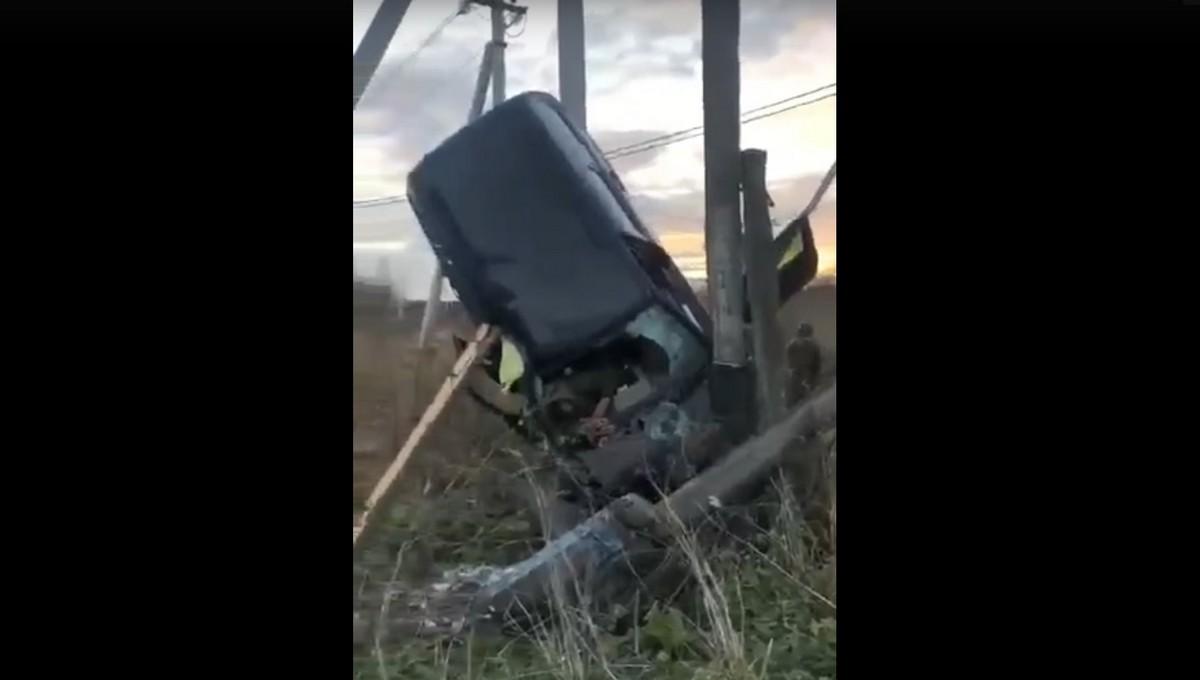 На трассе в Подмосковье автомобиль вылетел на обочину и встал на попа
