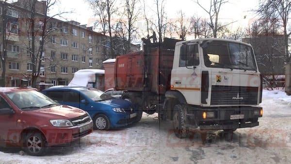 Мусоровоз снес «морду» припаркованной легковушке