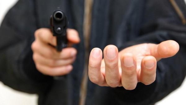 Грабитель выстрелил в продавщицу. Ее спас кулон
