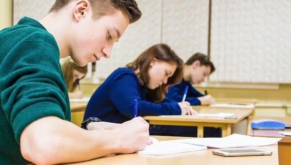 В школах России упростили экзамены