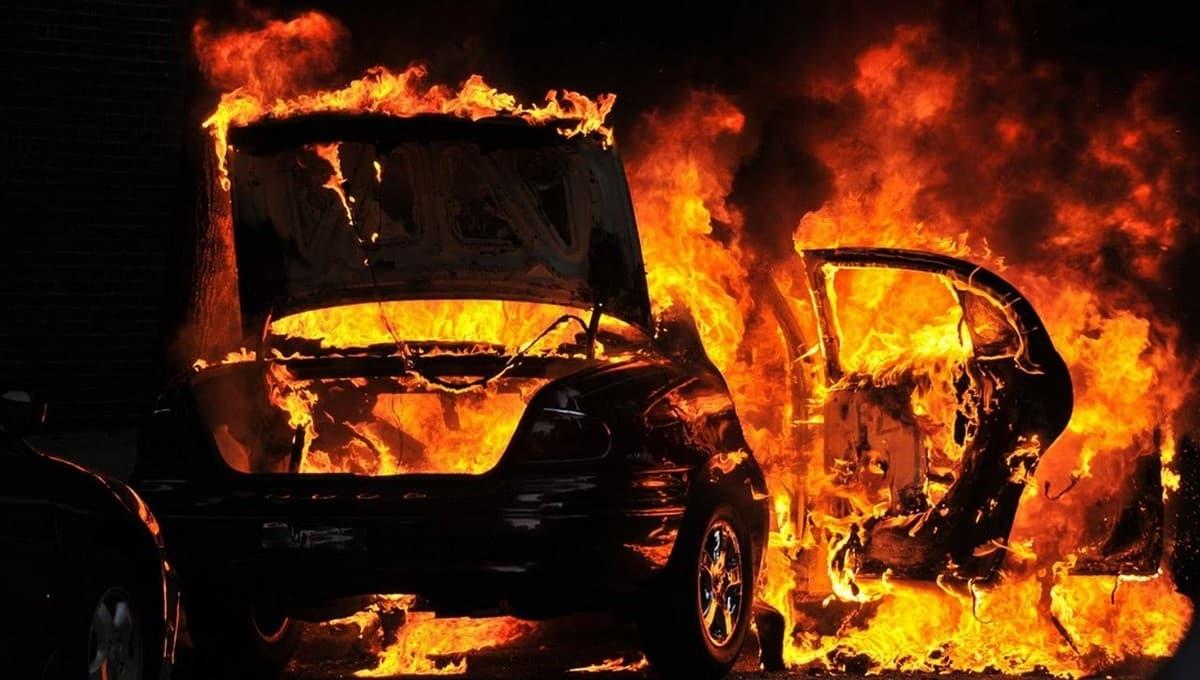Три человека сгорели в BMW на обочине в Подмосковье