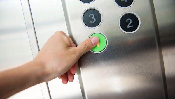 В Подмосковье лифт с младенцем пролетел пять этажей