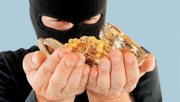 Шуб и украшений на четверть миллиона украли из дома жительницы Серпухова