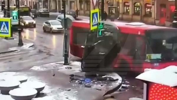 Ford «залез» на столб после столкновения с автобусом
