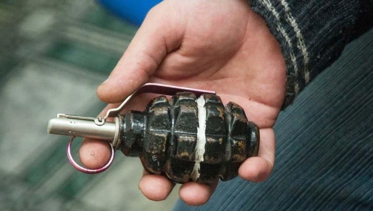 Мальчик нашел в своих игрушках боевую гранату и случайно ее взорвал