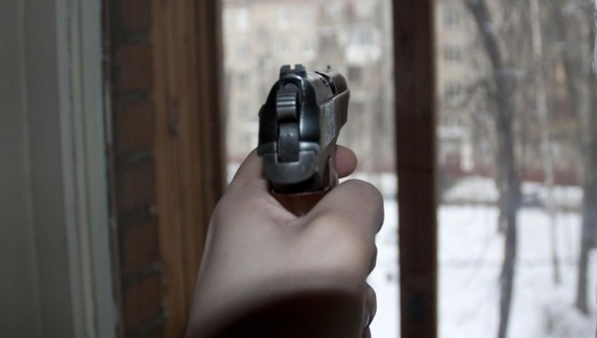 В подмосковном поселке мужчина открыл стрельбу по полицейским
