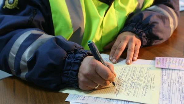 Полицейский выписывал штрафы родственникам, чтобы выполнить план