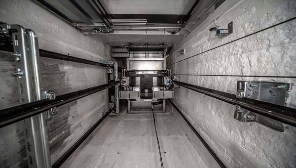 В московской многоэтажке лифт упал на рабочего