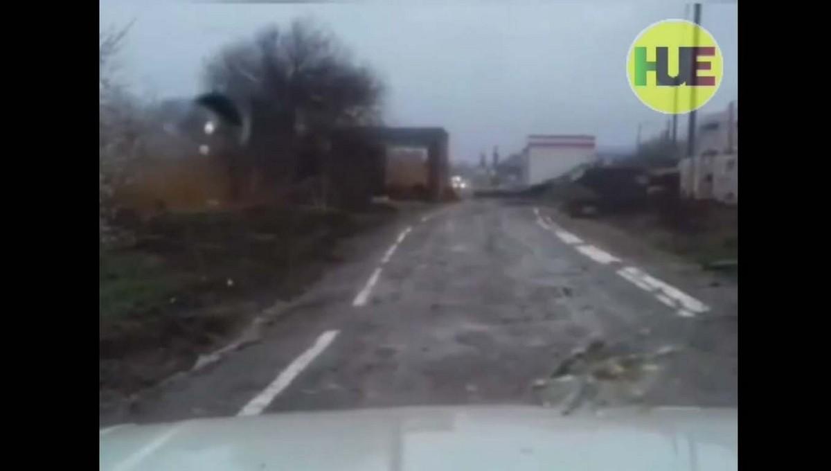 Дорожные рабочие нанесли разметку на разбитую грунтовку
